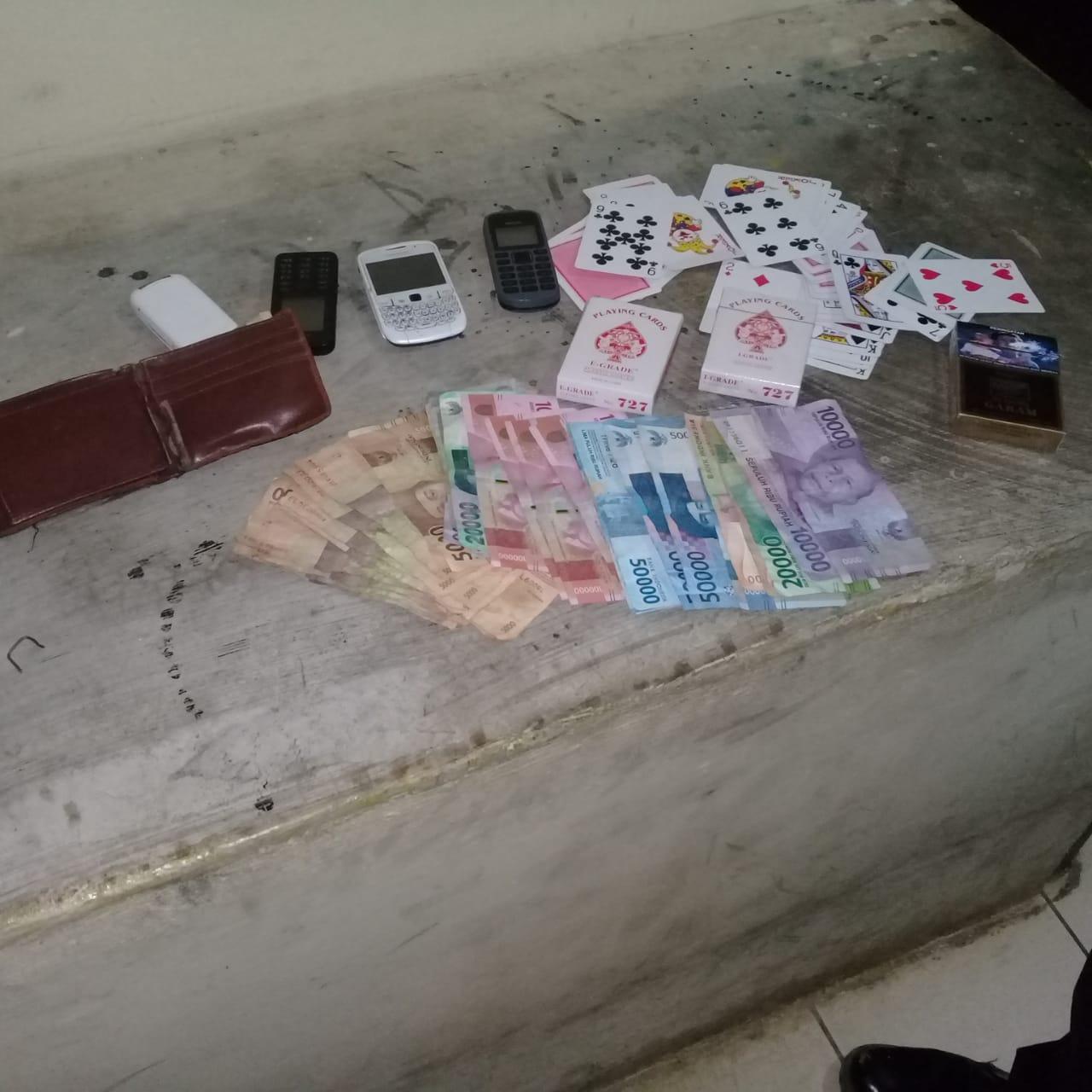 Polisi Temukan Barang Bukti Kartu Domino Di Camp Pekerja